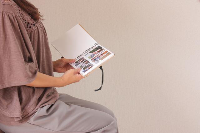アルバムを見る女性のイメージ