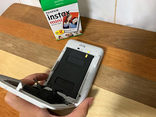instax mini LiPlay(インスタックス ミニ リプレイ)にチェキフィルムをセット