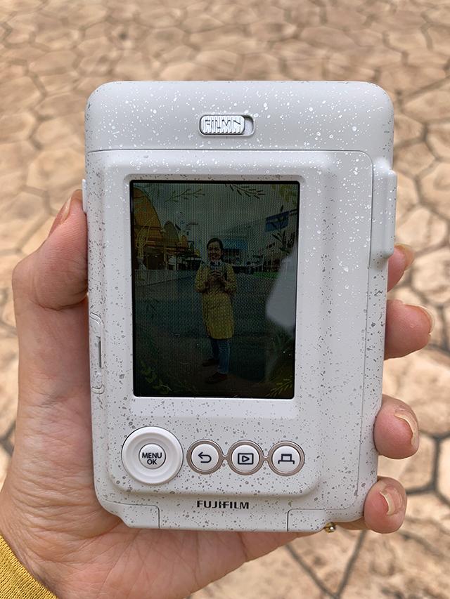 チェキカメラinstax mini LiPlay(インスタックス ミニ リプレイ)の画面で撮影した画像を確認