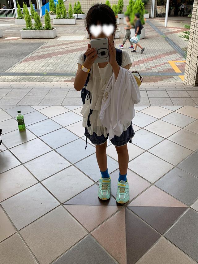instax mini LiPlay(インスタックス ミニ リプレイ)で撮影する子供