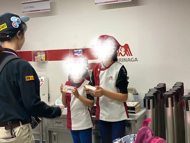 キッザニア東京でお仕事体験中の子どもたちを窓越しに撮影